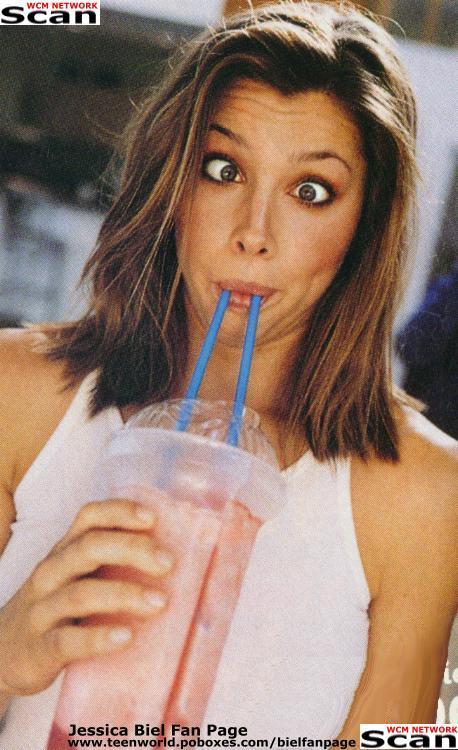 jessica_biel_cosmo_drink1